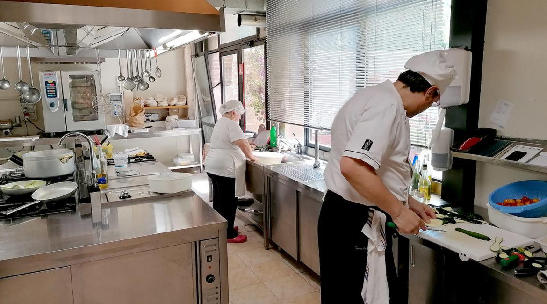 Cucina della Trattoria La Torre con Cuochi al lavoro