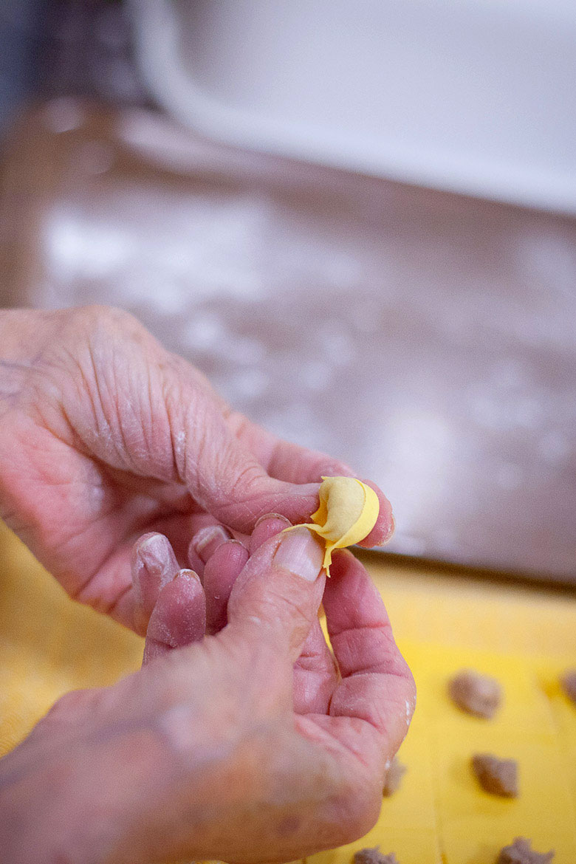 mani-che-impastano-tortellini