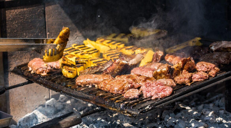 Preparazione carni alla griglia e polenta