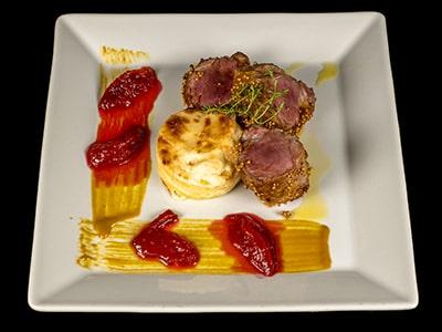 Filetto di maialino al punto Rosa salsa alla senape grezza mostarda di Prugna e tortino di patate